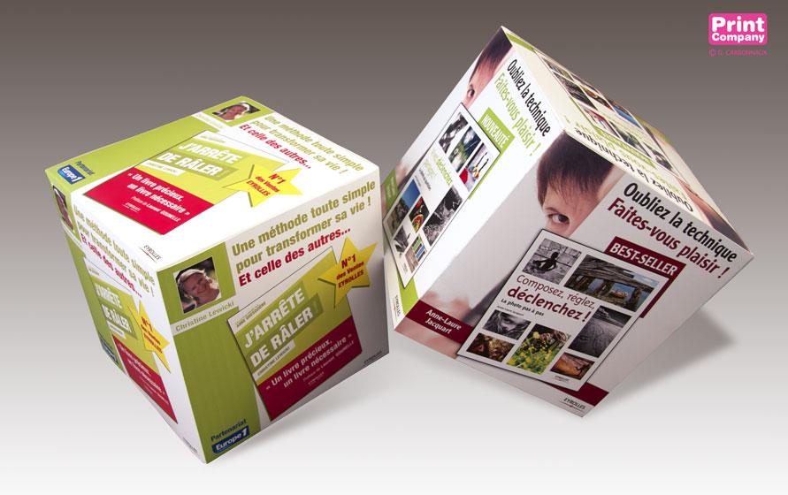 Cube carton personnalise de decoration de vitrine impression et découpe numérique a la forme